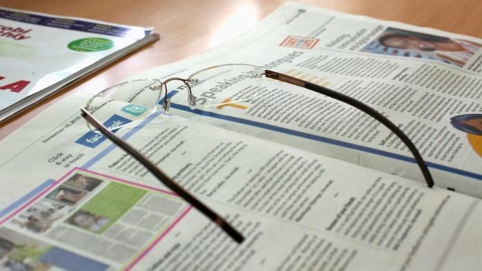 Zeitschrift mit Brille