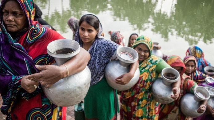 Asiatische Frauen tragen Wasserkrüge