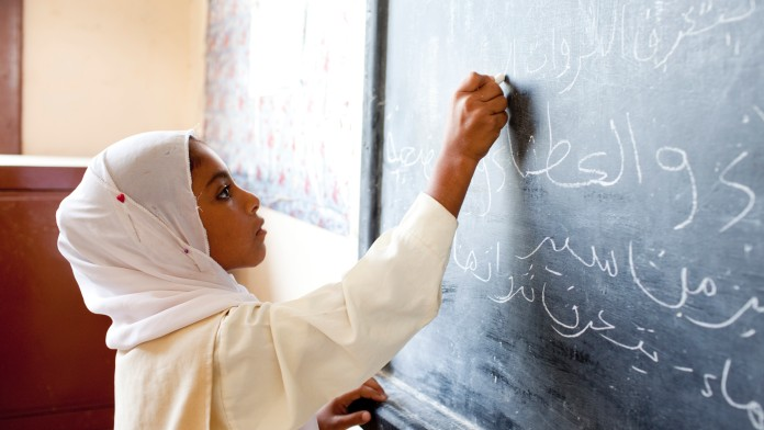 Schuelerin im Unterricht der neuen Schule des Staudammprojekts in Naga Hamadi, Assiut, Aegypten, 2011