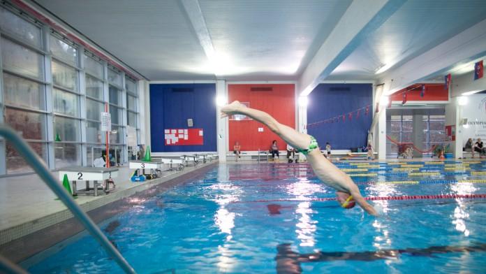 Schwimmbad mit neuer Fensterfront, im Februar 2012, Deutschland