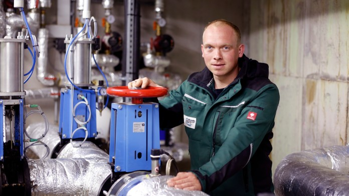 Technischer Mitarbeiter im Steuerrungsraum einer Biogasanlage, Krebeck, Deutschland, 2012